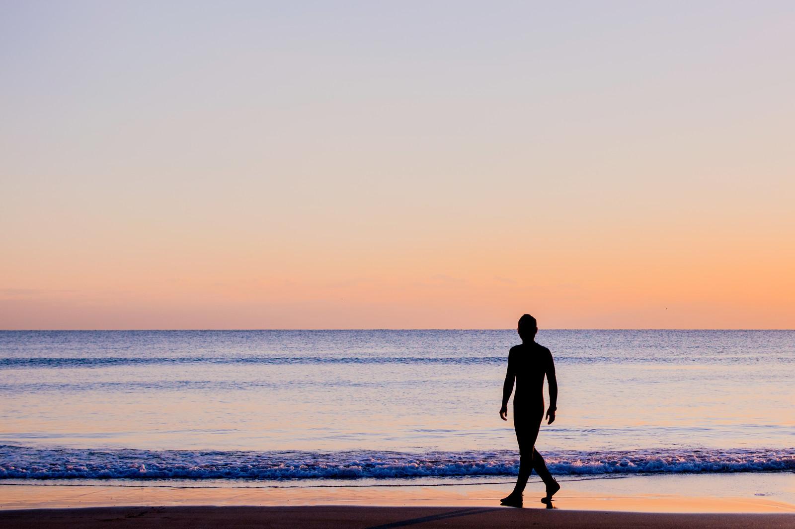朝の海岸をひとり歩く