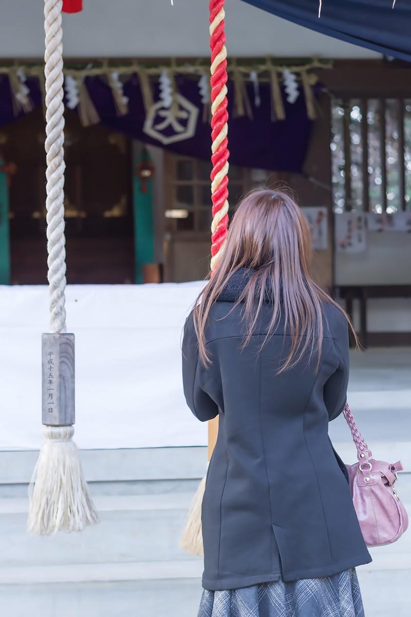 神社で参拝する女性の写真素材