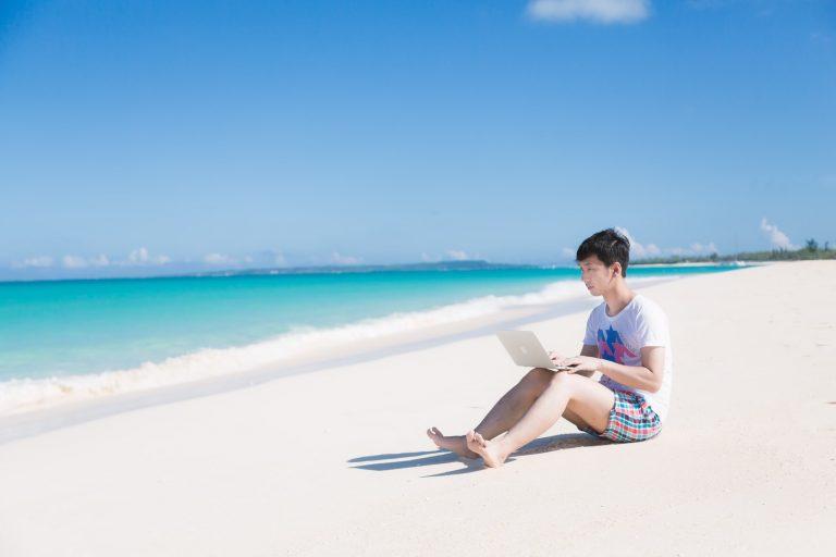 海岸で PC に向かうエンジニア