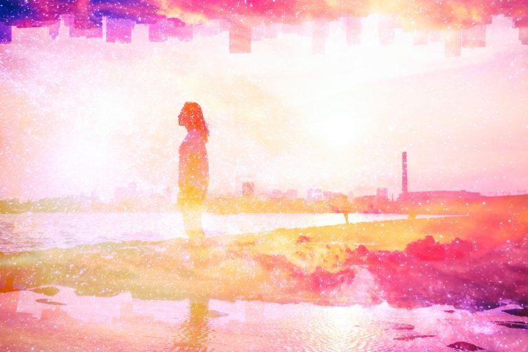 明るい桃色の景色の中立っている女性