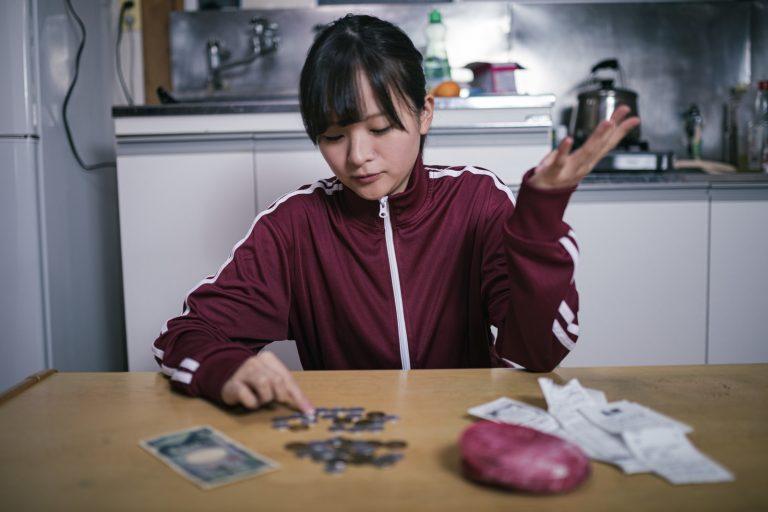 生活費が足らなくて困る貧困学生の写真素材