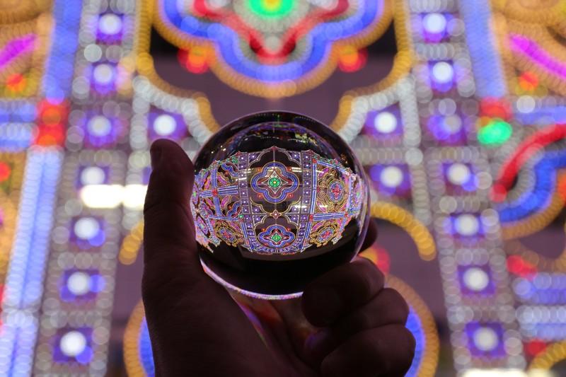 水晶玉に灯るイルミネーション(神戸ルミナリエ)の写真素材
