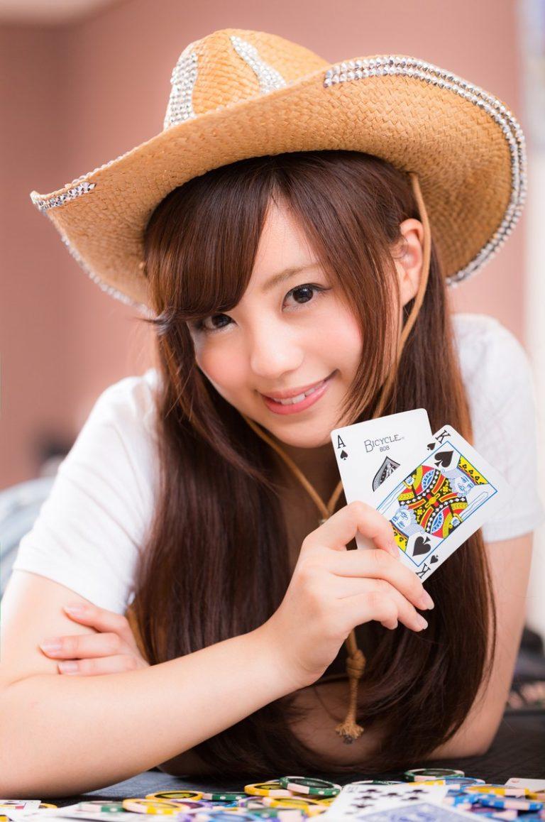 ポーカーをする女性