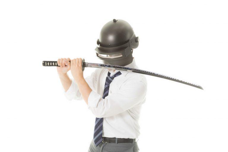 溶接用のヘルメットを被って日本刀を構えた男性